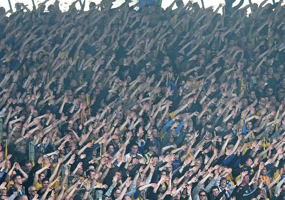 In den Farben getrennt - im Herzen vereint. Braunschweiger Fans für Hannes. Foto: Vollmer