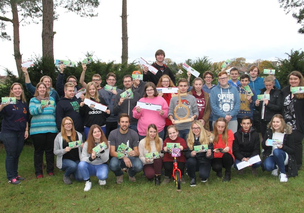 Jugendliche freuen sich über das Programmheft 2017. Foto: Evangelisch-lutherischer Kirchenkreisjugenddienst Peine