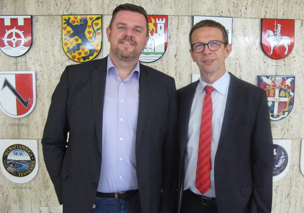 Wolfsburg Oberbürgermeister Klaus Mohrs (r.) und Lehres Gemeindebürgermeister Andreas Busch setzen auf Zusammenarbeit bei der Entwicklung neuer Gewerbegebiete. Foto: Stadt Wolfsburg