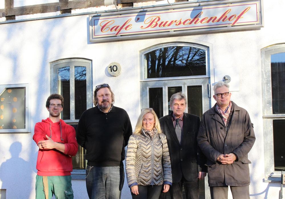 Von links: Jan-Philipp Dorn (Bewohner), Jens Wollenhaupt , Petra Eickmann-Riedel, Reinhard Deitmar und Marcus Eckhoff vor dem zukünftigen Dorfgemeinschaftshaus. Foto: Max Förster