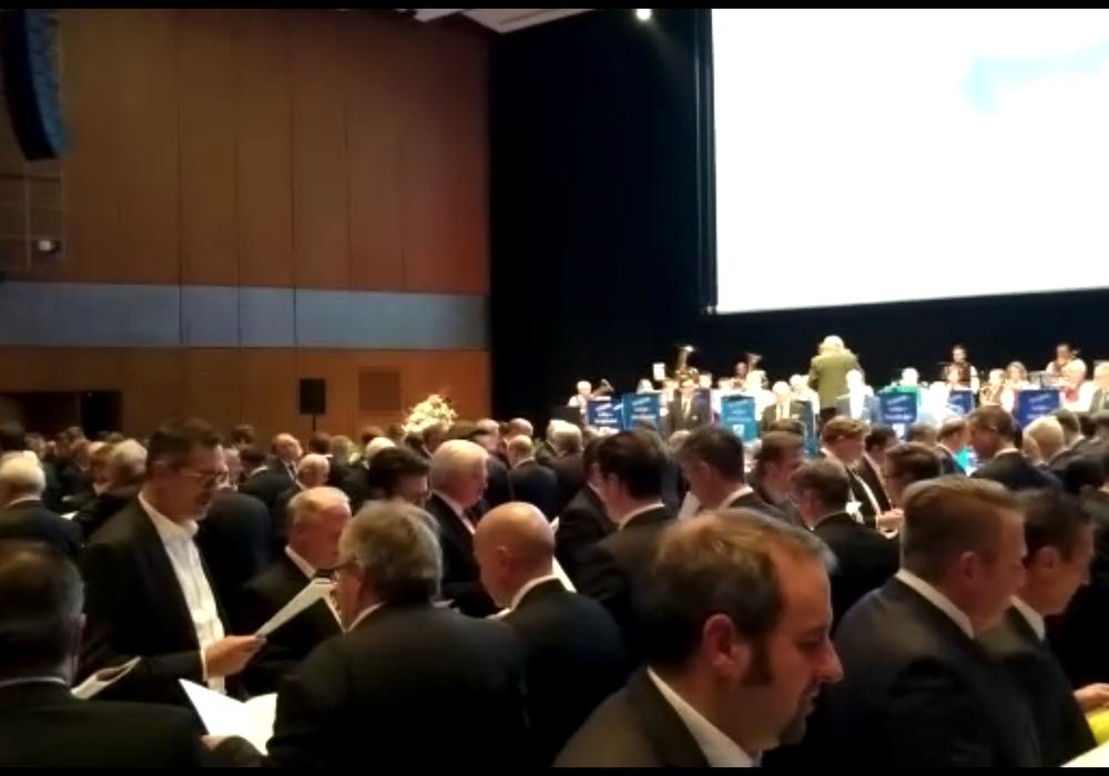 Die ausverkaufte Stadthalle. Heute Abend: Nur Männer. Video/Foto: Werner Heise