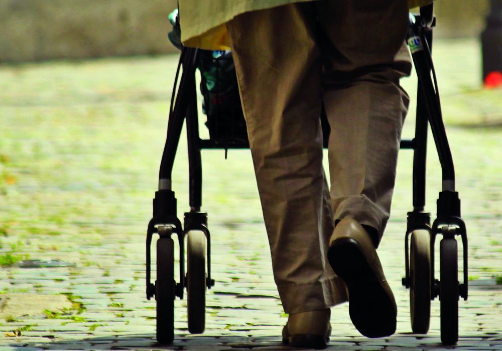 Viele ältere Menschen sind auf Hilfen, wie einen Rollator, angewiesen. Symbolfoto: Seniorenservicebüro