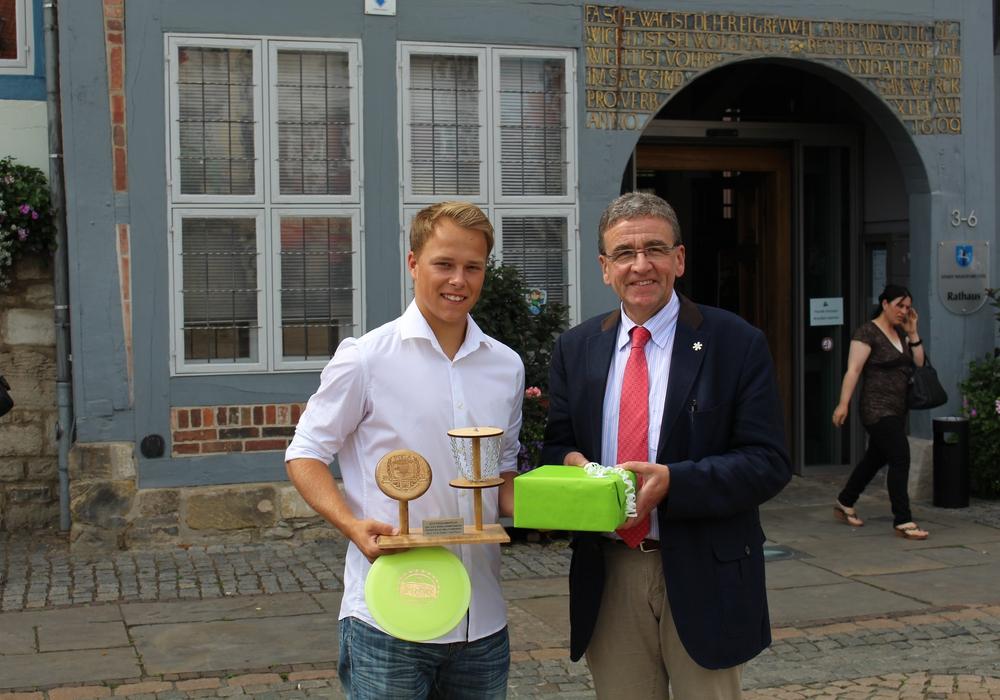 Bürgermeister Thomas Pink würdigt die Leistung des jungen Disc-Golfer-Vizeweltmeisters Marvin Tetzel. Foto: Jan Borner