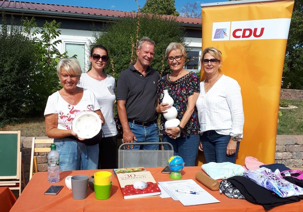 Mit Unterstützung der CDU Frauenunion hatte die CDU Linden während des gut besuchten Flohmarktes am gestrigen Sonntag in Linden zwei Tische für den Verkauf diverser Gegenstände organisiert. Bild: privat
