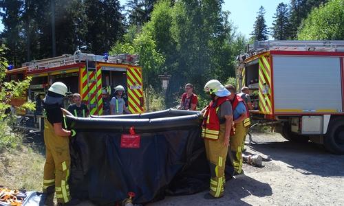 Der 10.000 Liter Faltbehälter wird aufgestellt.