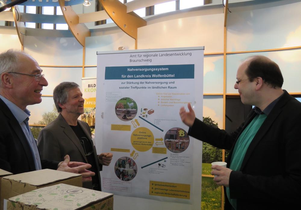 Landwirtschaftsminister Christian Meyer zeigte bei einem Apfelsaft von Wolfenbütteler Straßenbäumen großes Interesse an den Projekten des Landkreises zur Stärkung der Nahversorgung und sozialer Treffpunkte in den Dörfern. Foto: Privat