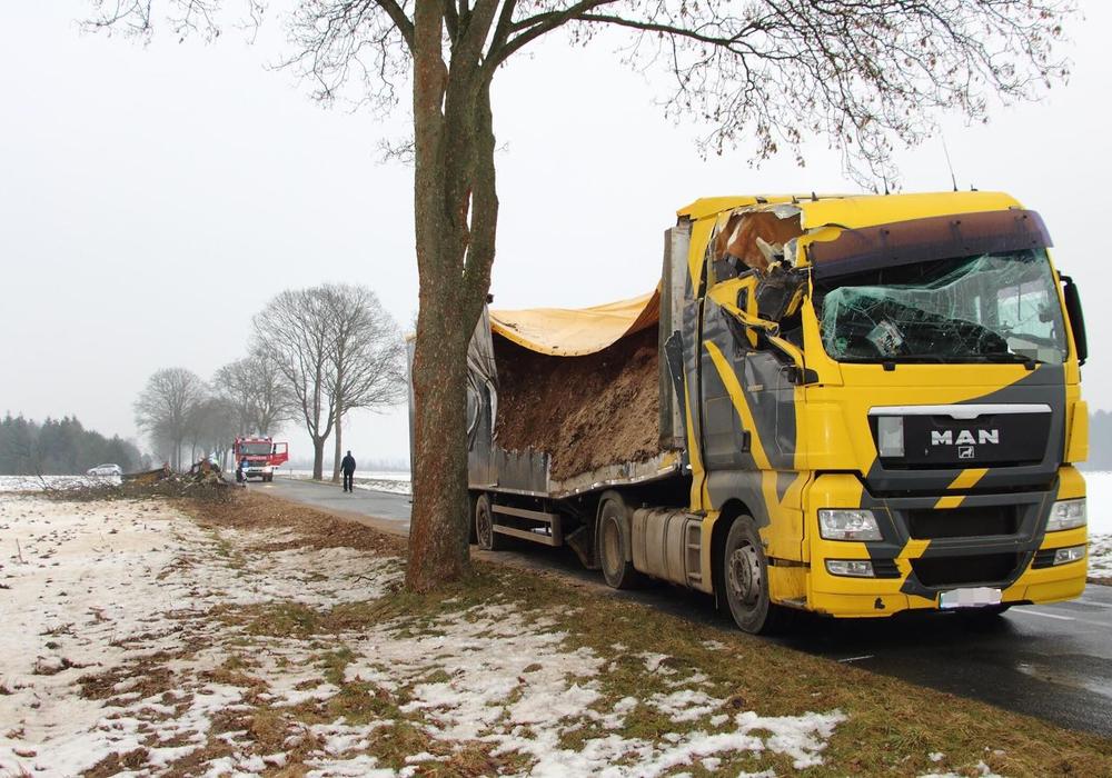 Der LKW pralle seitlich gegen einen Baum am Straßenrand. Fotos: Hawellek/Kreispressestelle