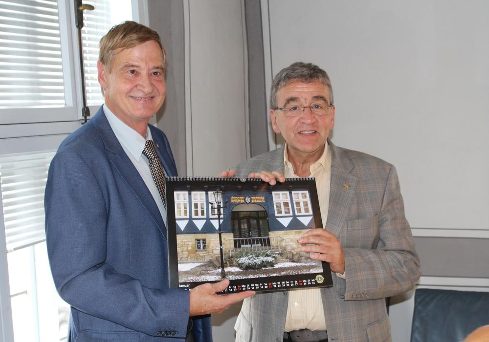 Dr. Martin Kücke (li.) überreicht Bürgermeister Thomas Pink das erste Exemplar des Lions-Club Kalenders. Fotos: Alexander Dontscheff