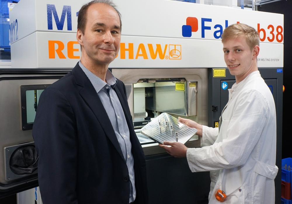 Prof. Dr. Christoph Haas und Student Fabian Sprenger begutachten Bauteile aus dem industriellen 3D Drucker. Foto: Ostfalia