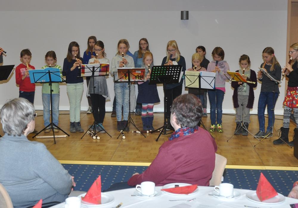 Die Flötenkinder der St.-Thomas-Gemeinde versetzten mit ihren Stücken das Publikum in Weihnachtslaune.  Foto: Woestmann/ Regio-Press