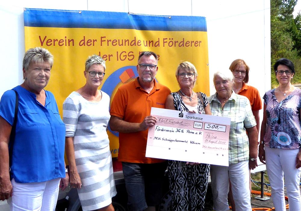Die Spendenübergabe vom DRK-Schnäppchenmarkt Vöhrum an den Förderverein der IGS Peine (von links): Helgard Rask (Ehrenamtliche DRK-Schnäppchenmarkt), Ulla Pleye (Gesamtschuldirektorin), Torsten Peinz (Vorsitzender Förderverein IGS Peine), Anke Lamp, Heidi Schiewe (beide Ehrenamtliche beim DRK-Schnäppchenmarkt), Julia Gottschalk (Förderverein IGS Peine) Dorit Lonnemann (Leiterin Geschäftsbereich Sozialarbeit DRK Peine).  Foto: privat