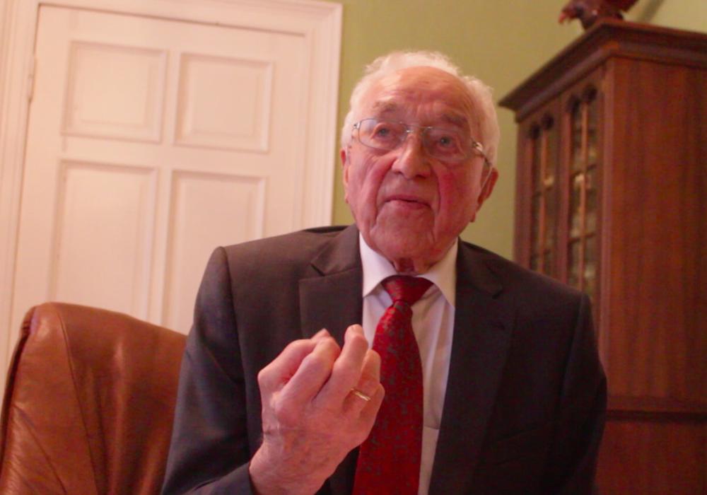 Josef Schmidt, Gründer des Reisebüro Schmidt, spricht im Interview über seine vierjährige Kriegsgefangenschaft. Foto/Video: Anke Donner