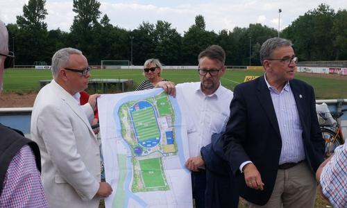 Bürgermeister Pink erklärt den Anwesenden den Plan für das neue Meeschestadion.
