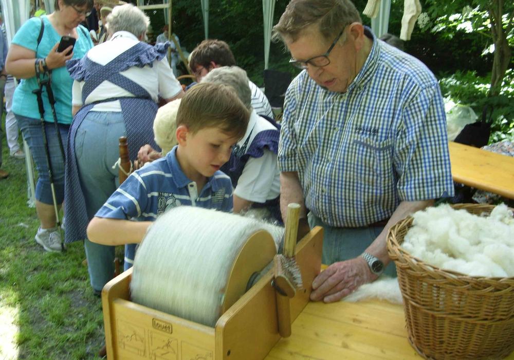 Mit der Kardiermaschine bürsten die Kinder die Wolle fein. Foto: Förderkreis Heimathaus Alte Mühle Schladen e.V.