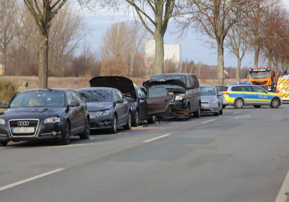 Insgesamt sieben Autos fuhren ineinander. Fotos: Rudolf Karliczek