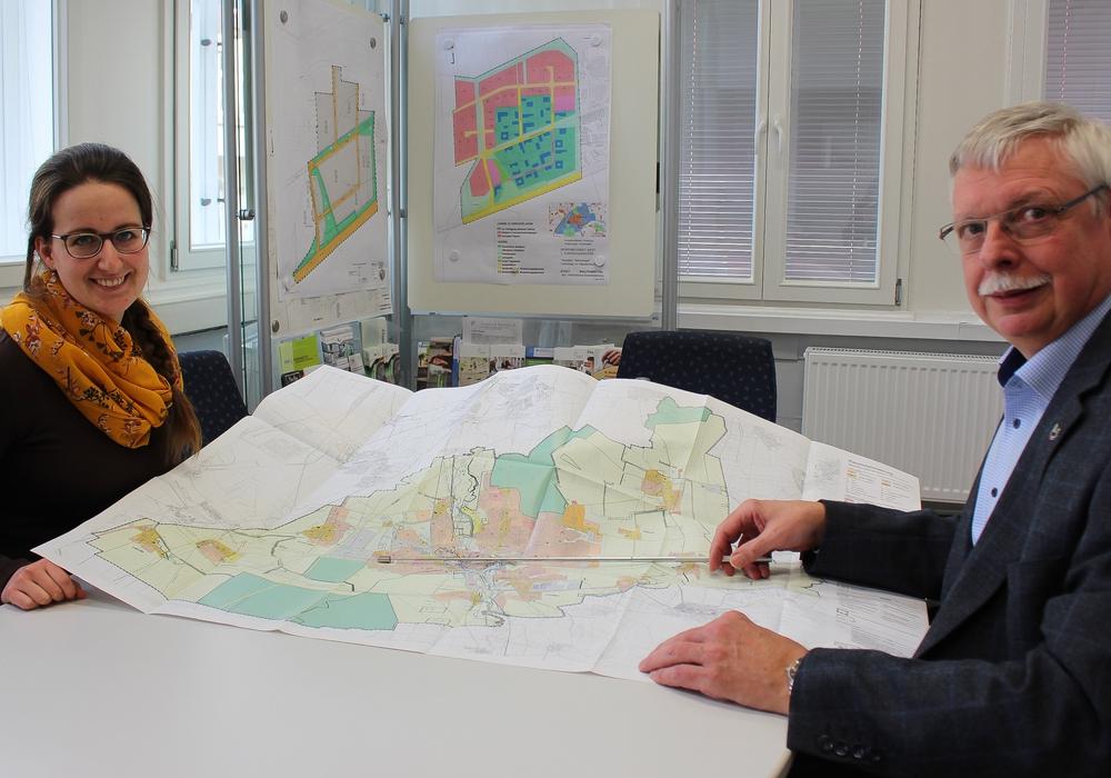 Sonja Schulz und Dietrich Behrens vom Amt der Wirtschaftsförderung freuen sich über eine große Nachfrage für das Gewerbegebiet West. Foto: Werner Heise