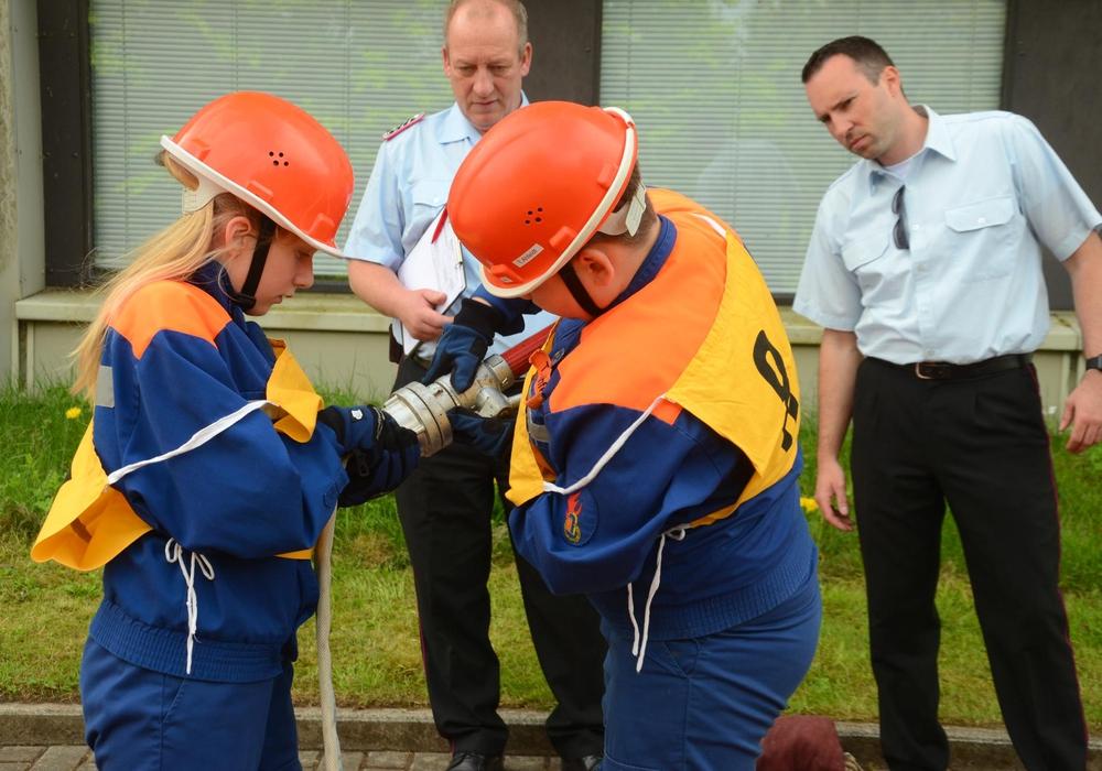 Im Staffellauf müssen ein Schlauch und ein Strahlrohr zusammengekuppelt und mit einem Knoten gesichert werden. Foto: Kreisjugendfeuerwehr Goslar