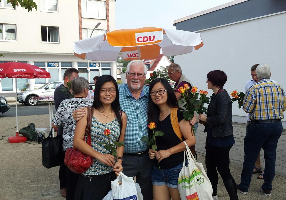 Jürgen Wendt wird für 35 Jahre im Stadtbezirksrat geehrt. Foto: Thorsten Wendt