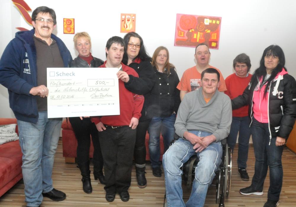 Uwe (links) und Ines Polten (Dritte von links) überreichten den Spenden-Scheck an Anja Schildener (Zweite von links). Foto: Lebenshilfe