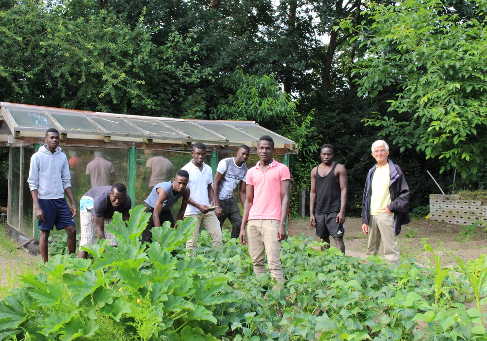 Zehn junge Männer von der Elfenbeinküste bewirtschaften gemeinsam mit Lothar Matussek den Garten hinter ihrem Wohnhaus in Groß Schwülper. Foto: Eva Sorembik