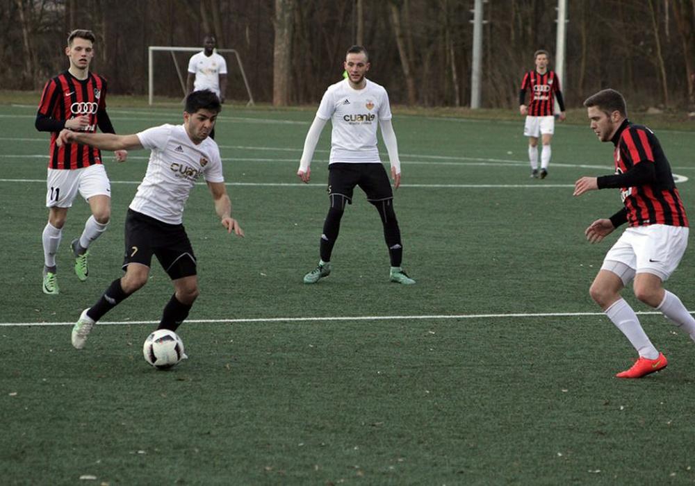 Während Firat Ugrac (am Ball) Rot sah, traf auch Semi Boog (Mitte) gegen Hillerse. Foto: Jens Bartels/Archiv