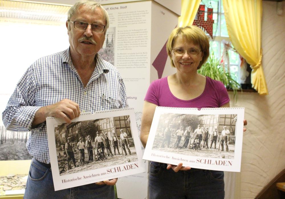 Hans-Gert Hotop und Dorothee Schacht (1. Vorsitzende des Förderkreises) stellen den historischen Kalender 2016 vor. Foto: Max Förster