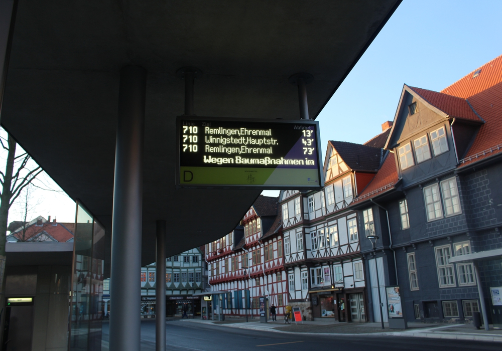 Am Kornmarkt gibt es ein modernes Fahrgastinformationssystem. Nur die Uhrzeit fehlt. Foto: Alexander Dontscheff