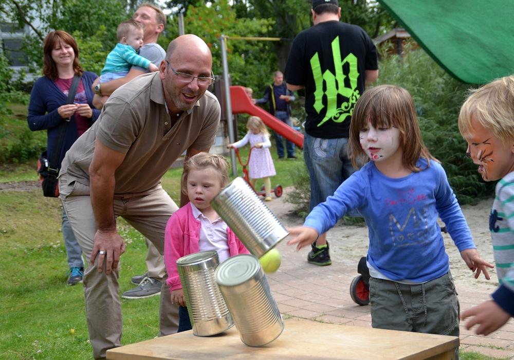 Die Lebenshilfe feiert Sommerfest der Frühförderung. Die Kinder zeigen ihr Können beim Dosenwerfen. Foto: Privat