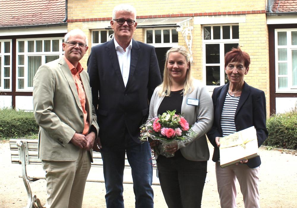 Wilken Köster (Klinikumsdirektor), Ralf Krüger (Schwefelbad-Ausschuss), Maren Körber (Leiterin Schwefelbad Fallersleben) und Bärbel Weist (Schwefelbad-Ausschuss) (v. li.). Foto: Klinikum Wolfsburg