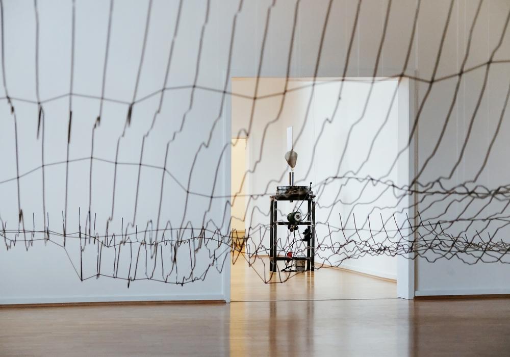 """Blick in die Ausstellung """"Gewaltenteilung"""" von Julius von Bismarck. Foto: Janina Snatzke"""