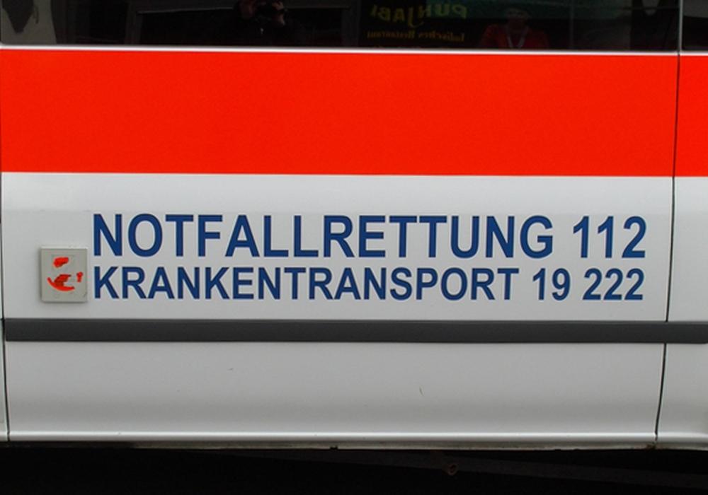 Rettungswagen musste Frau nach Unfall abtransportieren. Symbolfoto: Andre Ehlers