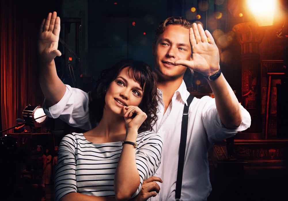 """Eine Szene aus der """"Traumfabrik"""": Darsteller Emilia Schüle (links) und Dennis Moyen (rechts). Foto: Tobis Film"""