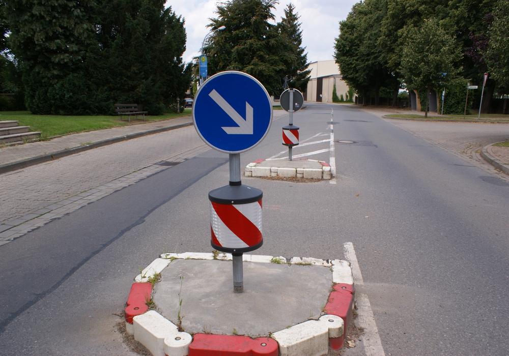 Der Fahrer hinterließ ein Trümmerfeld (Symbolbild).