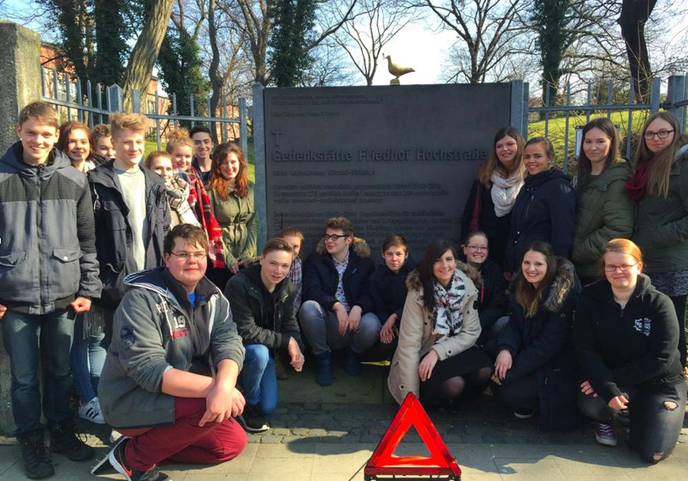 Am Nachmittag des 12. Mai wurde die Adolf-Grimme-Gesamtschule von einer Schüler-Lehrer-Delegation vom Tilman-Riemenschneider-Gymnasium Osterode besucht, um die Friedenstaube zu übergeben und die ausgewählten Orte vorzustellen. Fotos: Adolf-Grimme-Gesamtschule