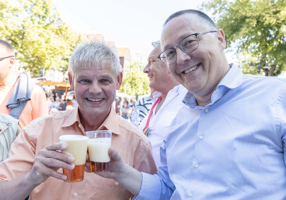 OB Frank Klingebiel (links) und Bürgermeister der Ortschaft Süd, Michael Hoffmann, genossen ein kühlendes Bier. Foto: Rudolf Karliczek