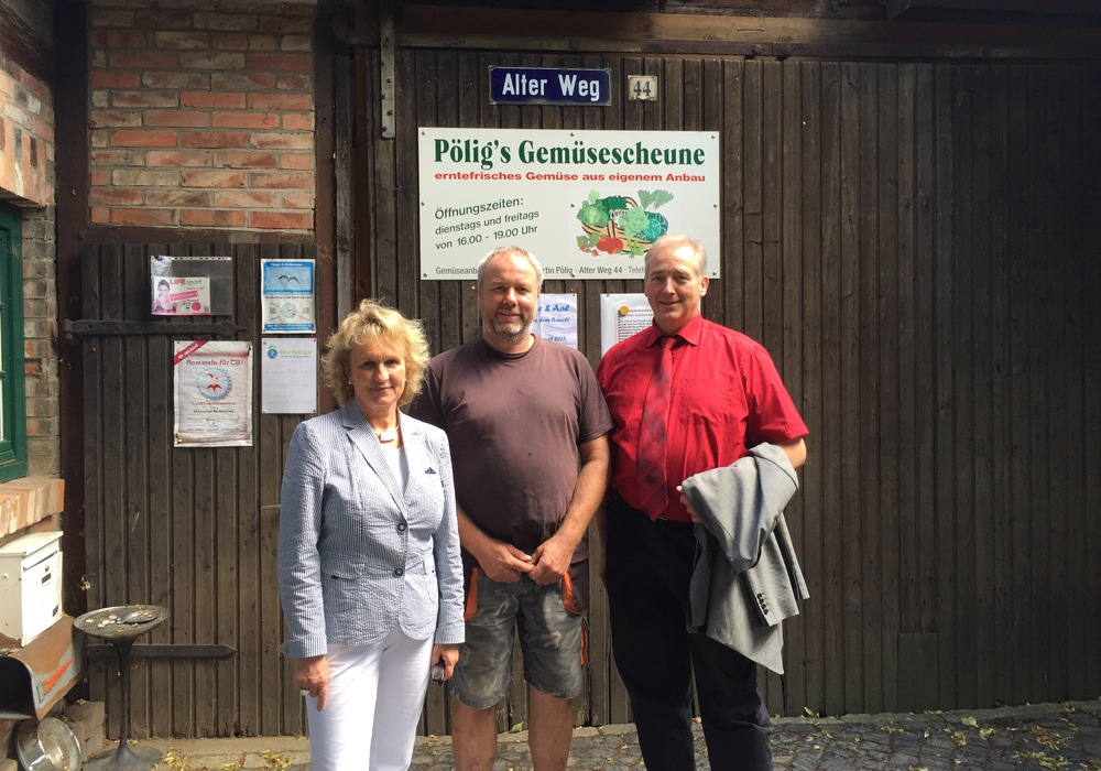 Katrin Rühland, Hans-Martin Pölig und Frank Oesterhelweg auf dem Hof am Alten Weg. Foto: Privat