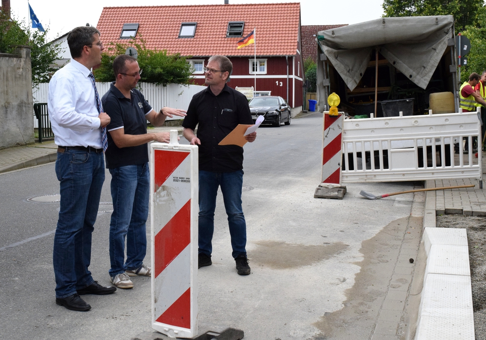 v.l.:  Dr. Oliver Junk, Rouwen Brunke und Mathias Brand begutachten den Baufortschrift in Lochtum. Foto: Stadt Goslar