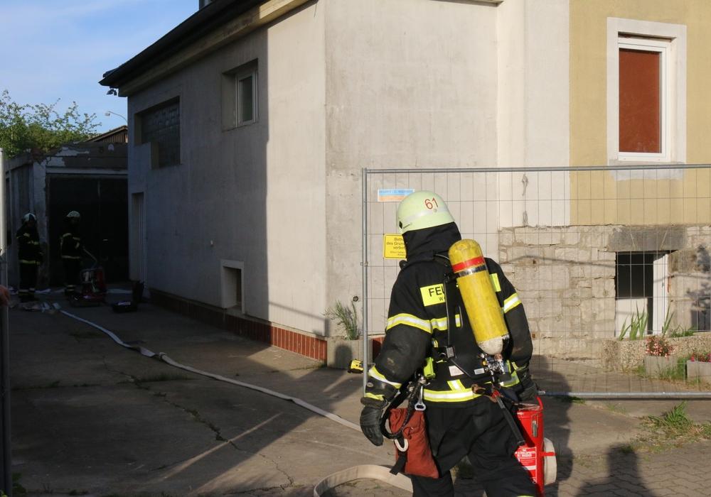 Unter dem Einsatz von Atemschutzgeräten löschten die Einsatzkräfte das Feuer. Foto: Werner Heise