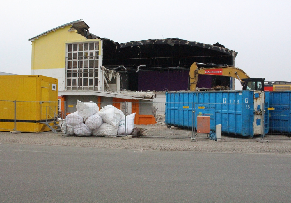 Die alte Industriehalle and der Daimlerstraße wird abgerissen. Foto: Bernd Dukiewitz
