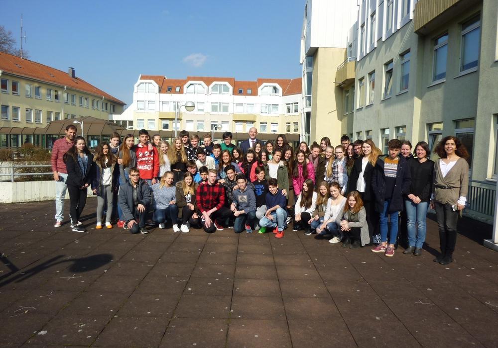 Eine Gruppe spanischer Austauschschüler und deren Gastschüler wurden vom Landrat begrüßt. Foto: Landkreis Peine