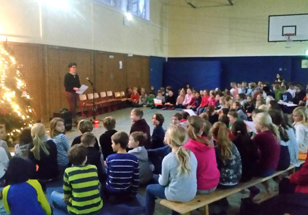 Adventssingen in der Grundschule. Fotos und Podcast: Simone Wilimzig-Wilke und Annegret Ihbe