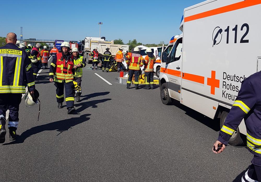 Nach einem schweren Unfall eines Kleinbusses mit einem LKW auf der A39 war die Schnelleinsatzgruppe des DRK Kreisverbands Wolfenbüttel e.V. gefordert. Foto: DRK Wolfenbüttel