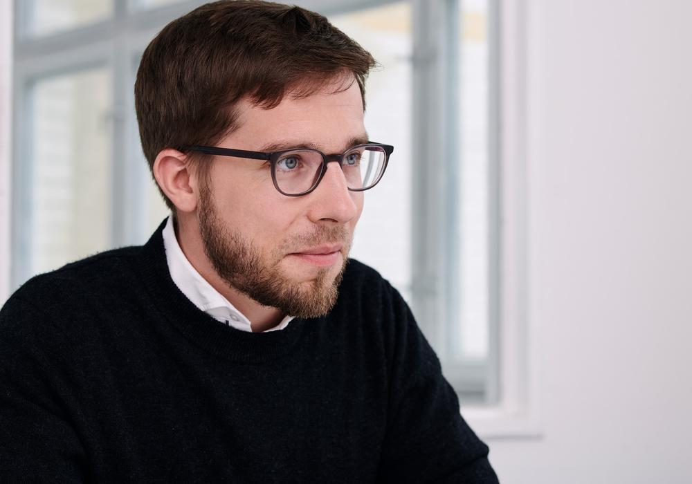 Der Linke Bundestagsabgeordnete Victor Perli setzt sich mit seiner Fraktion für eine Sanktionsfreie Mindestsicherung ein. Foto: Die Linke