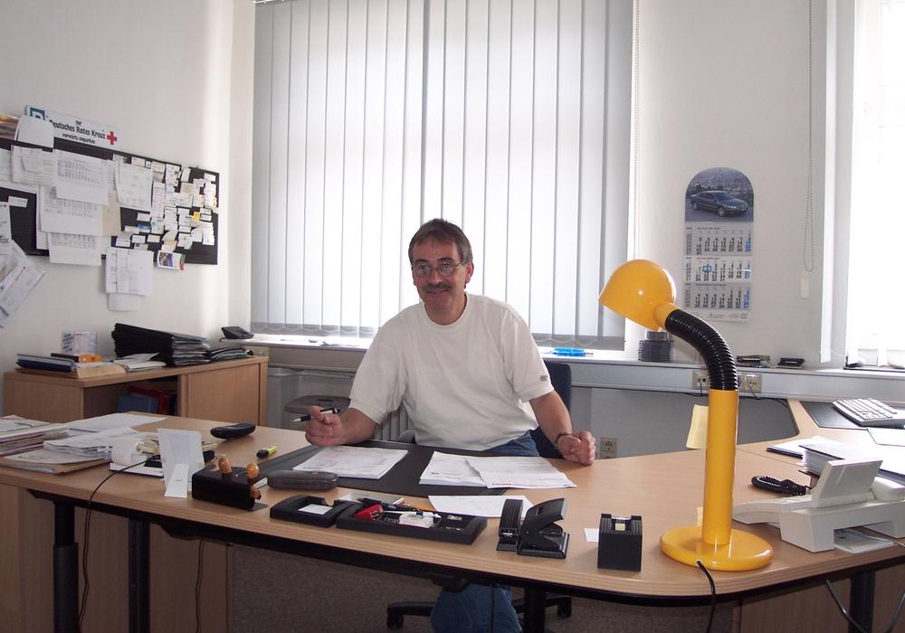 Hansjörg Jentsch in frühen Jahren am Schreibtisch. Foto: DRK