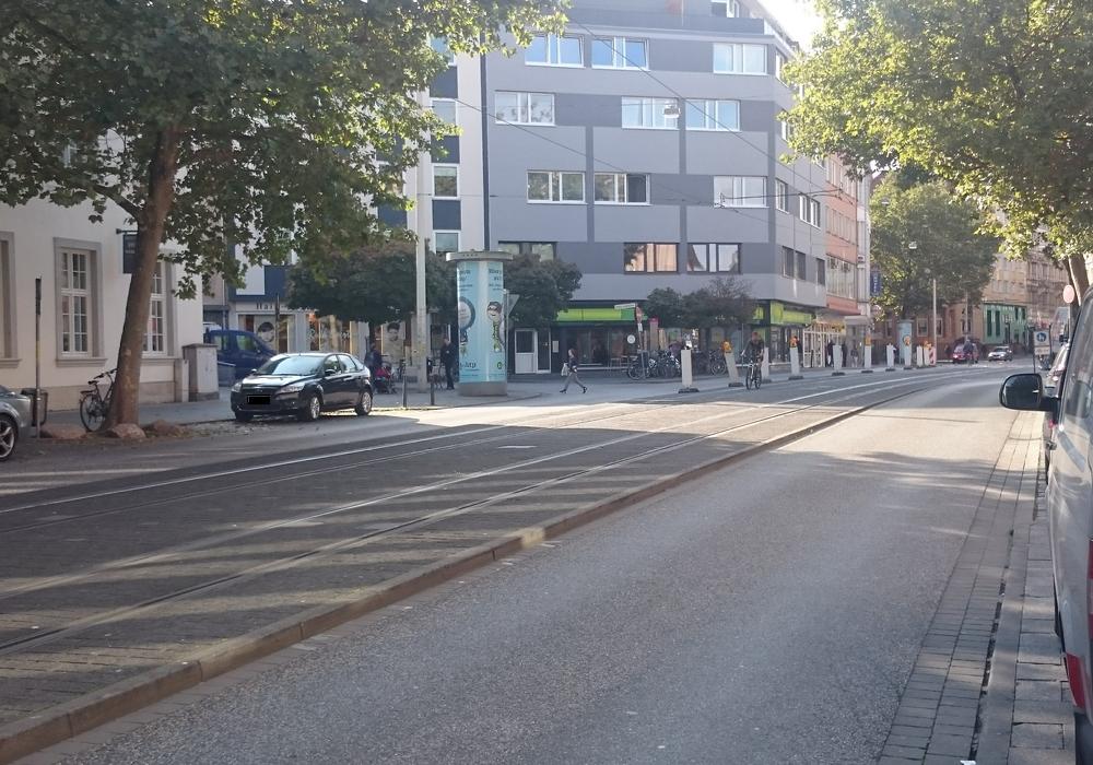 Die Bahnschienen verlaufen leicht erhöht in der Mitte der Straße. Foto: Robert Braumann