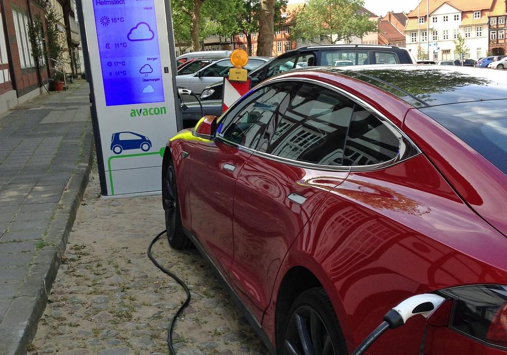 Bereits am Nachmittag nach der Einweihung stand ein Elektrofahrzeug im Bereich der E-Tankstelle und war zum Laden angeschlossen. Foto: Achim Klaffehn