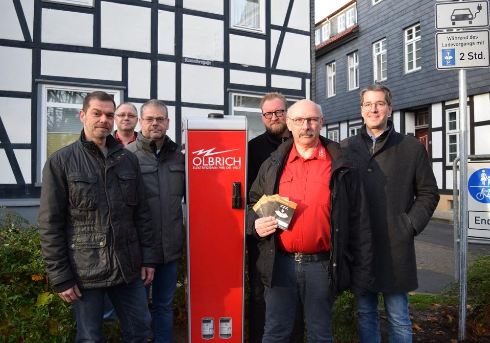 Dr. Oliver Junk (von rechts), Bernhard Olbrich, Arkadiusz Szczesniak, Mathias Brand, Jörg Döbbel von der Firma Olbrich und Michael Hille freuen sich über die neue Ladesäule in der Innenstadt.  Foto: Stadt Goslar
