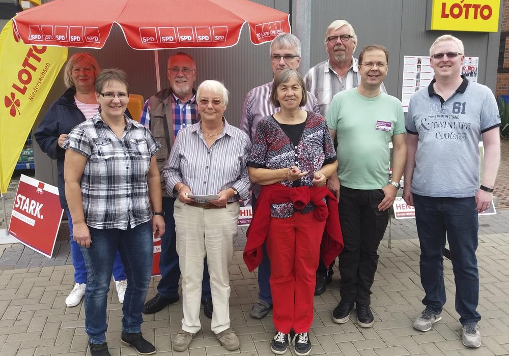 Die Kandidatinnen und Kandidaten der SPD-Fümmelse zur Kommunalwahl am 11. September 2016 (v.l.): Angela Kneisel (Ortsrat), Birgit Leiß-Voges (Ortsrat und Stadtrat), Udo Tacke (Ortsrat), Hiltrud Bayer (Ortsrat und Stadtrat), Holger Neumann (Ortsrat und Stadtrat), Beate Kahl (Ortsrat). Michael Sandte (Ortsrat und Kreistag), Bernd-Werner Schmid (Ortsrat) und Falk Hensel (Ortsrat, Stadtrat und Kreistag). Foto: privat