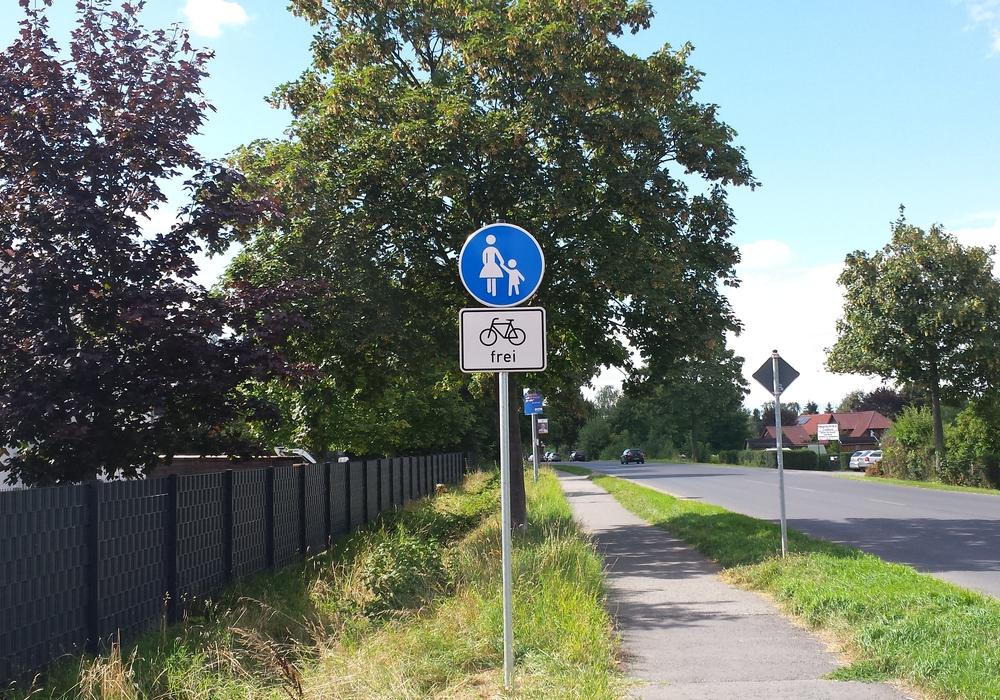 Nach den neuen Schildern können Radfahrer selbst entscheiden: Fußweg oder Straße. Foto: Diethelm Krause-Hotopp
