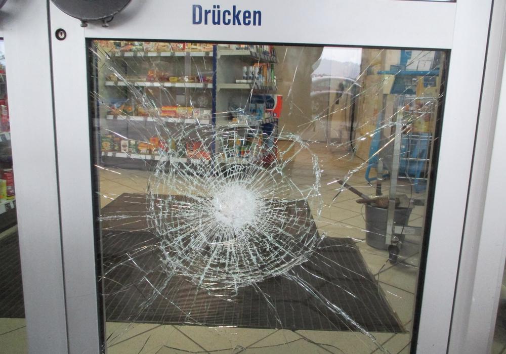 Die Eingangstür der Tankstelle wurde mit einem Gully-Deckel gewaltsam geöffnet. Foto: Polizei